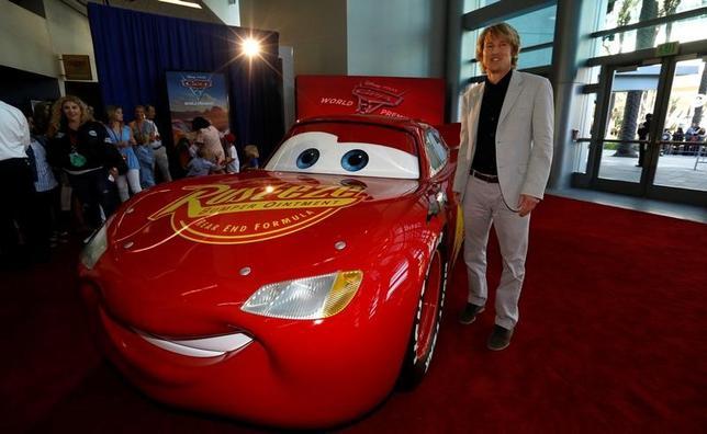 6月18日、バラエティ・ドット・コムによると、週末の北米映画興行収入ランキングは、ディズニー/ピクサーの映画「カーズ/クロスロード」(日本公開7月15日)が5350万ドル(約59億円)を稼ぎ初登場首位。写真は10日撮影の登場キャラクター「マックィーン」と声優オーウェン・ウィルソン(2017年 ロイター/Mario Anzuoni)