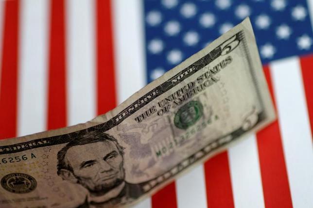 6月19日、正午のドル/円はニューヨーク市場午後5時時点とほぼ同水準の111円付近。株高などが支えとなった。1日撮影(2017年 ロイター/Thomas White)