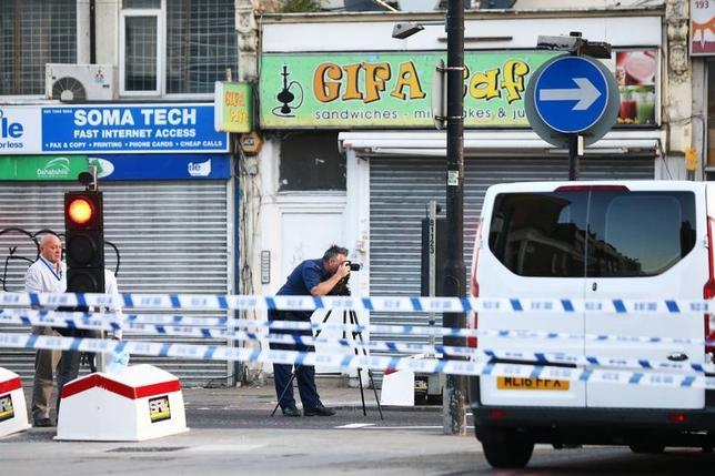 6月19日、英ロンドン北部のイスラム教礼拝所の近くでバンが教徒らの列に突っ込み負傷者が出た事件でメイ首相は、警察はテロ攻撃の可能性がある事件として取り扱うと明らかにした。現場近くの様子(2017年 ロイター/Neil Hall)