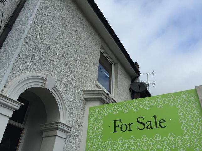 6月19日、英不動産ウェブサイト、ライトムーブが発表した6月(5月14日―6月10日)の住宅売却希望価格は前月比0.4%下落と、同月としては2009年以来初めてマイナスとなった。5月は1.2%上昇していた。写真は売り出し中の住宅。ロンドンで2015年10月撮影(2017年 ロイター/Reinhard Krause)