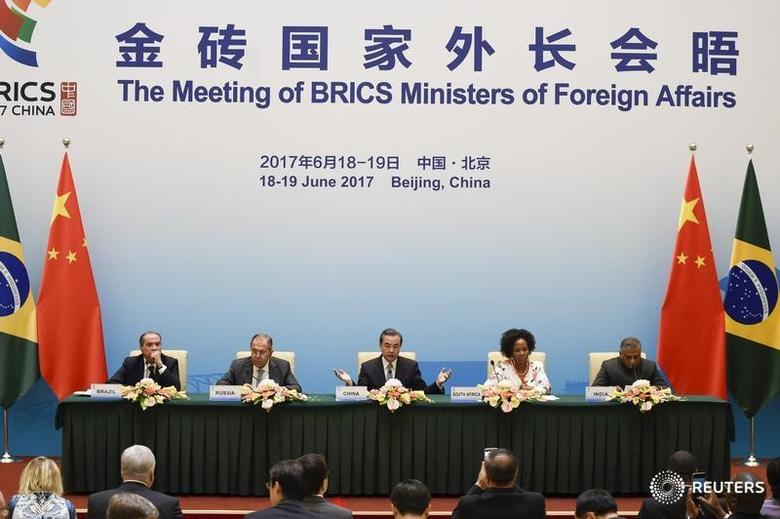 Brazil's Foreign Minister Aloysio Nunes (L), Russia's Foreign Minister Sergey Lavrov (2nd L), South Africa's Foreign Minister Maite Nkoana-Mashabane (2nd R), Indian Minister of External Affairs Vijay Kumar Singh (R) and China's Foreign Minister Wang Yi (C) attend a news conference during the BRICS Foreign Ministers meeting in Beijing, China June 19, 2017.  REUTERS/Wang Zhao/Pool - RTS17MYL