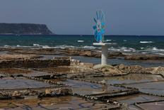 منظر عام لملاحات في بلدة أنفة في شمال لبنان في صورة من أرشيف رويترز.