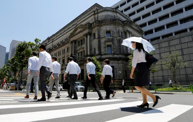 People walk past the Bank of Japan building in Tokyo, Japan June 16, 2017.   REUTERS/Toru Hanai