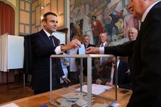 Presidente francês, Emmanuel Macron, durante votação do segundo turno das eleições parlamentares em Le Touquet. 18/06/2017 REUTERS/Christophe Archambault