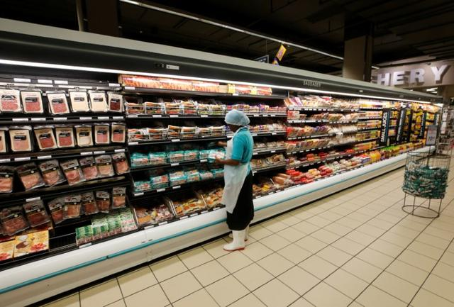 A worker packs cold meats at an outlet of retailer Shoprite Checkers in Cape Town, South Africa, June 15, 2017. Picture taken June 15, 2017.REUTERS/Mike Hutchings