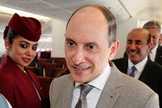 أكبر الباكر الرئيس التنفيذي للخطوط الجوية القطرية على متن إحدى طائرات الشركة من طراز بوينج 777 في معرض باريس الجوي يوم الاثنين. تصوير: باسكال روسينيول - رويترز