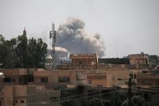 دخان يتصاعد من مواقع لتنظيم الدولة الإسلامية بعد ضربة جوية غرب الموصل يوم الاثنين. تصوير: الكيس قنسطنطنيدس - رويترز