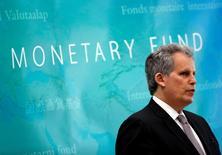 El subdirector gerente del FMI, David Lipton, habla en una conferencia de prensa en Tokio, Japón. 19 junio, 2017. El Fondo Monetario Internacional (FMI) pidió a Japón que evite retirar los estímulos de política fiscal y dijo que la política monetaria debería flexibilizarse aún más en el futuro si se materializan los riesgos para la economía, alertando que el débil consumo aún sigue vulnerable a efectos externos.  REUTERS/Kim Kyung-Hoon - RTS17MVB