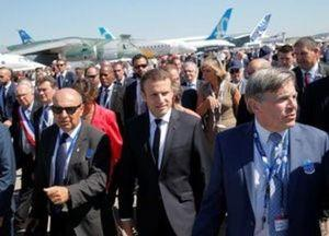 French President Emmanuel Macron (C), flanked by Emeric d'Arcimoles (R) and Dassault Aviation CEO Eric Trappier, visits the 52nd Paris Air Show in Le Bourget, north of Paris, France, June 19, 2017.   REUTERS/Michel Euler/Pool