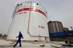 """Imagen de archivo de un empleado caminando por los estanques de petróleo en la refinería Sinopec en Wuhan, provincia de Hubei, China. 25 de abril 2012. China emitió la semana pasada un segundo lote de cuotas de importación de crudo bajo el denominado """"comercio no estatal"""" que es mayor que todas las asignaciones de 2016, pero las adjudicaciones para refinerías independientes fueron menores que hace un año.  REUTERS/Stringer/File Photo"""