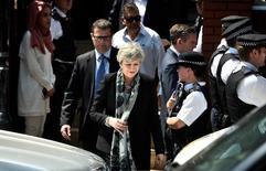 Theresa May deixa local de ataque perto de mesquita em Londres  19/6/2017     REUTERS/Hannah McKay
