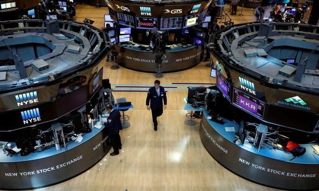6月16日、世界の主要株式市場はハイテク株売りによる急落から即座に立ち直り、トランプ米大統領の経済政策を当て込む「リフレトレード」に対する投資家の自信は健在のようだ。写真はニューヨーク証券取引所で5月18日撮影(2017年 ロイター/Brendan McDermid)