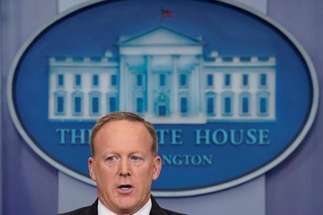 6月19日、ホワイトハウスがスパイサー大統領報道官を別の広報担当ポストに異動させ、定例記者会見を行う職務から外すことを検討していることが、当局者の話で明らかになった。ただ、直ちに異動が行われる計画はないとしている。写真はホワイトハウスで12日撮影(2017年 ロイター/Carlos Barria)