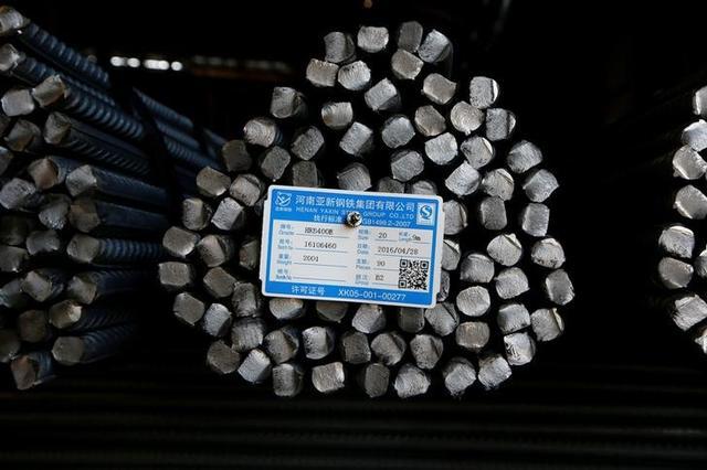 6月15日、インフラ整備計画に後押しされた中国の建設用鉄鋼メーカーは、ここ数年における最高益を計上しており、より高度な製品を扱うライバルを圧倒する勢いだ。これは中国政府が長年推進してきた鉄鋼メーカーの高付加価値化に逆らう流れとなっている。写真は山西省の製鉄所に積み上げられた鉄筋。2016年4月撮影(2017年 ロイター/John Ruwitch)
