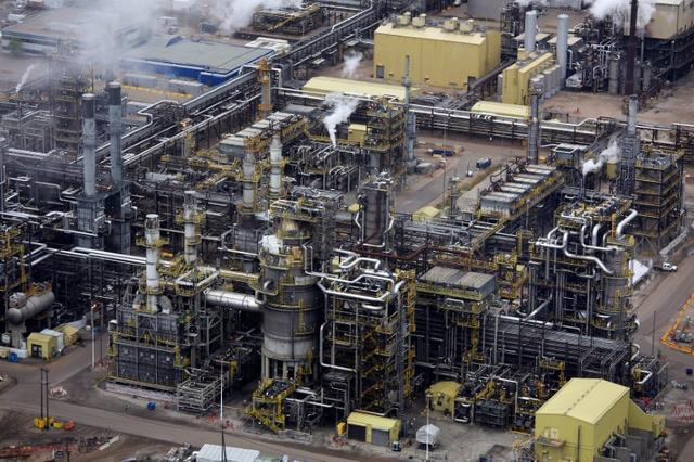 FILE PHOTO - The processing facility at the Suncor oil sands operations near Fort McMurray, Alberta, Canada on September 17, 2014.  REUTERS/Todd Korol/File Photo