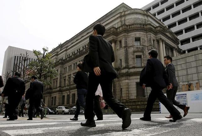 6月21日、日銀が公表した4月26、27日の金融政策決定会合の議事要旨によると、長期国債の買い入れ額について、金融市場の状況に応じて「ある程度の幅を持って変動する」ことを政策委員が確認した。写真は日銀本店。都内で昨年3月撮影(2017年 ロイター/Toru Hanai)