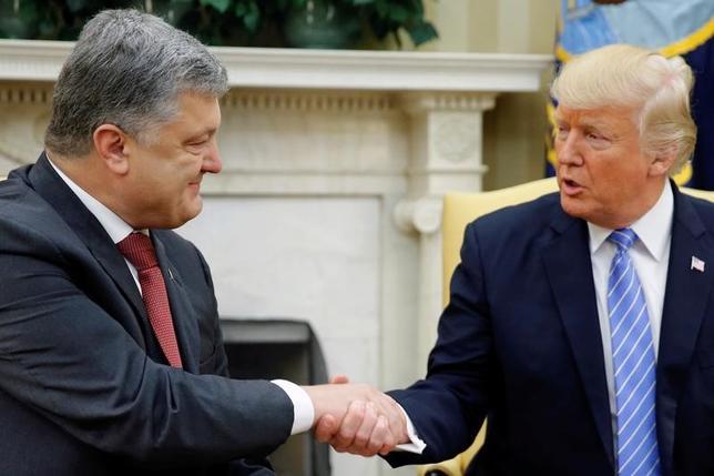 6月20日、トランプ米大統領は、ウクライナのポロシェンコ大統領とホワイトハウスで首脳会談を行い、ウクライナ東部の紛争の平和的解決に向けた支援を表明した。(2017年 ロイター/Jonathan Ernst)