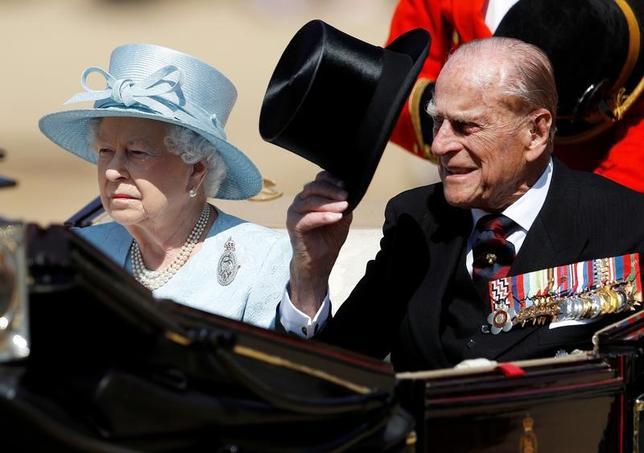 6月21日、英バッキンガム宮殿の広報官は、エリザベス女王(写真左)の夫フィリップ殿下(右)が前日に入院し、議会開会式を欠席することを明らかにした。17日撮影(2017年 ロイター/Peter Nicholls)
