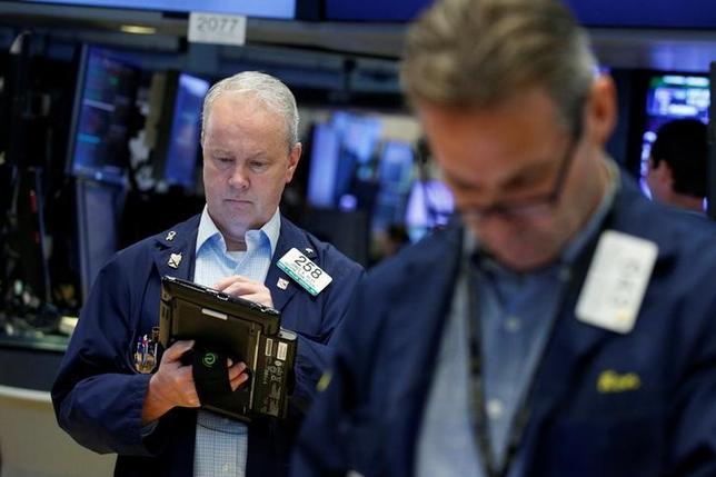 6月21日、米国株式市場は、S&P総合500種とダウ工業株30種が続落して取引を終えた。原油安を嫌気してエネルギー株が売られ、両指数を圧迫した。一方でナスダック総合指数は、ヘルスケア関連株やハイテク株に下支えされて反発した。写真はニューヨーク証券取引所、2日撮影(2017年 ロイター/Brendan McDermid)