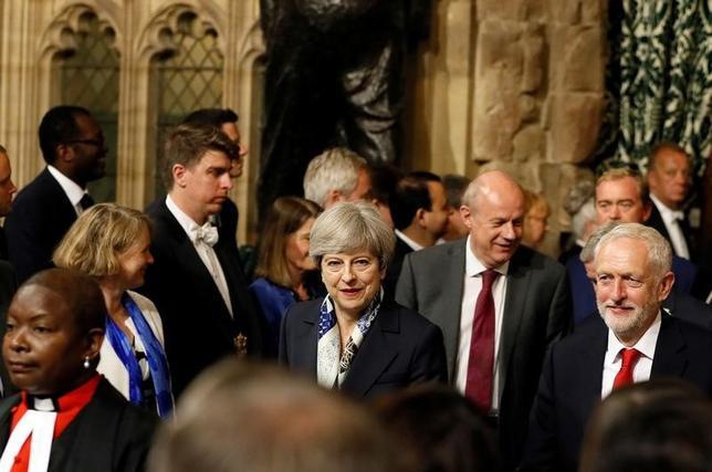 6月21日、メイ英首相(写真中央)が掲げた今後2年の施政方針は、総選挙の敗北を受けてあちこちに妥協の要素が見える。しかしその中心部分には、ハード・ブレグジット路線がなお厳として存在する。ロンドンの英国会議事堂で撮影(2017年 ロイター)