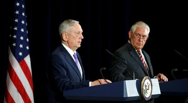 6月21日、ティラーソン米国務長官は、中国との外交・安全保障対話後に記者会見し、北朝鮮の核・ミサイル開発を抑止するために経済的、外交的圧力を一段と強めるよう中国側に迫ったことを明らかにした。  写真は共同記者会見するティラーソン長官(右)とマティス国防長官。ワシントンで撮影(2017年 ロイター/Kevin Lamarque)