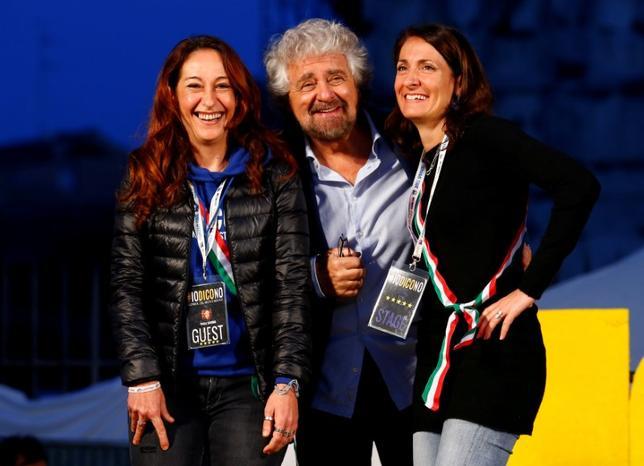 6月20日、イタリアの反体制派政党「五つ星運動」は世論調査で高い支持率を得ており、来る総選挙での政権獲得に向けてポピュリスト(大衆迎合主義者)のイメージを払しょくし、外国人投資家や金融市場の信頼を勝ち取ろとしている。写真はカルラ・ルオッコ氏(右)ら運動の幹部。ローマで2016年11月撮影(2017年 ロイター/Remo Casilli)