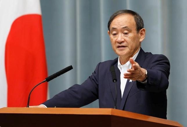 6月22日、菅義偉官房長官(写真)は午前の会見で、民進党など野党4党が憲法53条の規定に基づいて臨時国会の召集を求める姿勢を示していることに関連して「そうした要求があれば、与党とも相談したい」と述べた。5月撮影(2017年 ロイター/Toru Hanai)