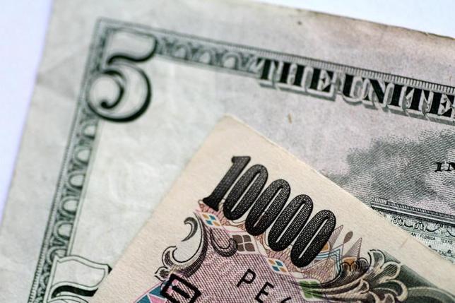 6月22日、正午のドル/円は、前日ニューヨーク市場午後5時時点と比べ、ドル安/円高の111.02/04円だった。2日撮影(2017年 ロイター/Thomas White)
