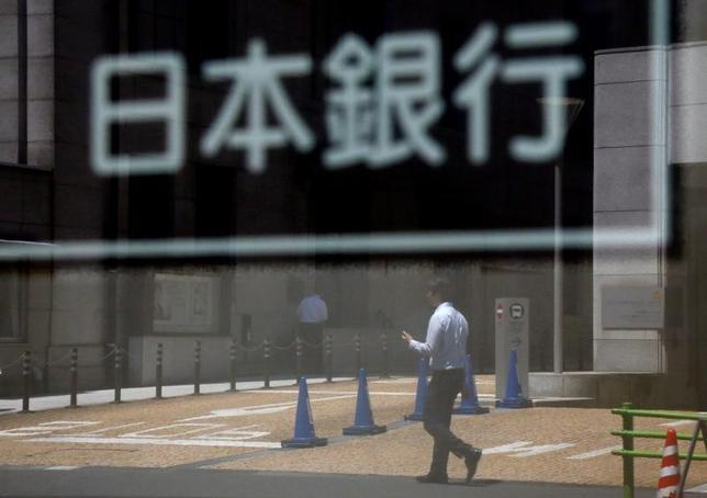 6月22日、日銀の岩田規久男副総裁は、青森市内で会見し、国債買い入れペースとして掲げている年間約80兆円のめどについて、残しておいた方が市場に余計な混乱を招かないとの認識を示した。写真は都内で16日撮影(2017年 ロイター/Toru Hanai)