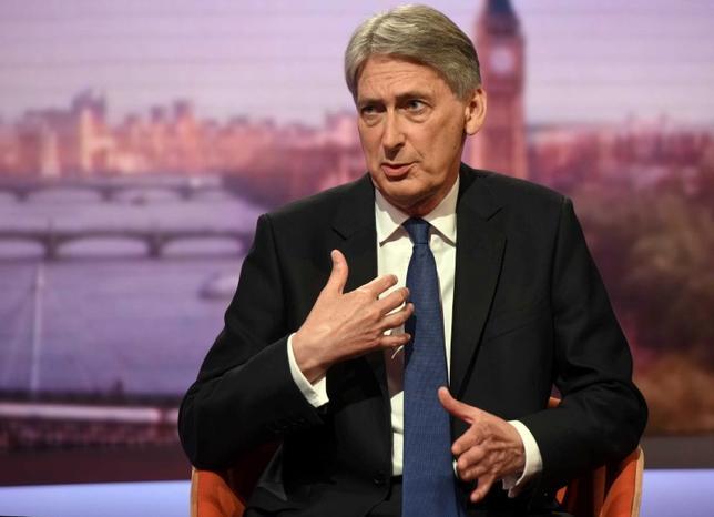 6月22日、英国のハモンド財務相は、欧州連合(EU)離脱交渉に不透明感があることから多くの企業投資が棚上げされていると指摘し、早急に協議について明確にすべきだと述べた。写真はスカイニュースの取材に応じる同財務相。ロンドンで18日撮影。BBC提供(2017年 ロイター)