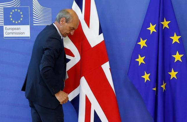 6月22日、EUは、英国のEU離脱に伴いロンドンからの移転が必要な欧州銀行監督局(EBA)と欧州医薬品庁(EMA)の本部の移転先について、今年秋に決定する見通し。写真は、英国旗とEU旗。ブリュッセルで19日撮影(2017年 ロイター/Francois Lenoir)