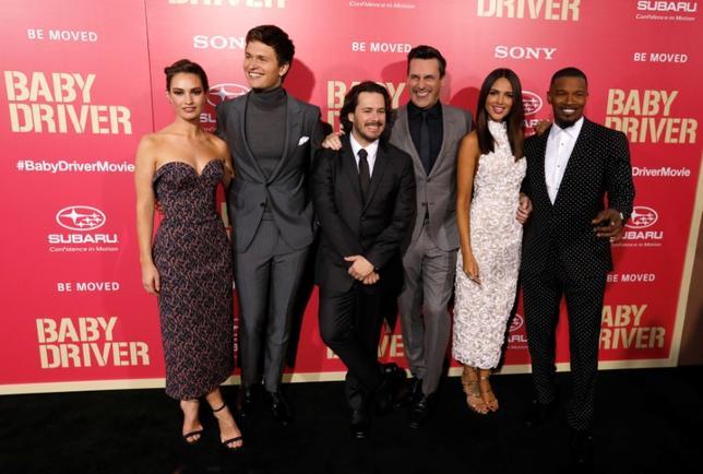 6月22日、英人気映画監督エドガー・ライト(左から3人目)が脚本・監督を務める最新作「ベイビー・ドライバー」(日本公開8月19日)の欧州プレミアが21日ロンドンで開催され、ハリウッドの人気俳優らが参加した。写真は14日ロサンゼルスでのプレミアで撮影(2017年 ロイター/Mario Anzuoni)