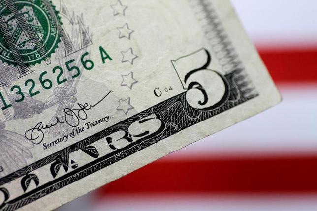 6月23日、正午のドル/円は、前日ニューヨーク市場とほぼ同水準の111.34/36円。ニューヨーク市場が動意薄だった流れを引き継ぎ、東京市場の午前の取引も取引閑散で、動意薄だった。1日撮影(2017年 ロイター/Thomas White)