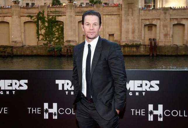 6月25日、バラエティ・ドット・コムによると、週末の北米映画興行収入ランキングは、SFアクション映画「トランスフォーマー/最後の騎士王」(日本公開8月4日)が公開からの5日間で6910万ドル(約76.9億円)を稼ぎ、初登場首位となった。写真は20日撮影の出演俳優マーク・ウォールバーグ(2017年 ロイター/Kamil Krzaczynski)
