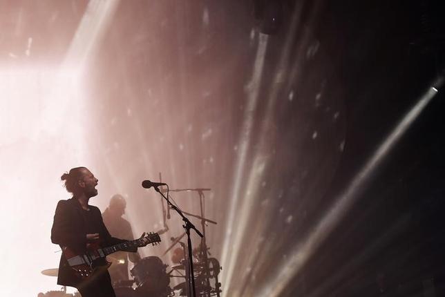 6月23日、英ロックバンドのレディオヘッドは、英野外ロックフェス「グラストンベリー・フェスティバル」のメインステージに登場した。初めてヘッドライナーとして参加した20年前には、大雨でずぶ濡れの観客を前に伝説的なステージを披露した(2017年 ロイター/Dylan Martinez)
