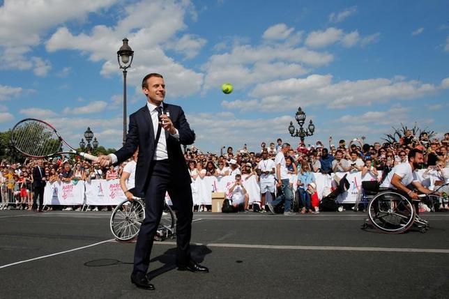 6月25日、2024年の夏季五輪招致について、フランスの世論調査をOdoxaが実施し、73パーセントのフランス国民がパリ大会招致を支持していることが明らかになった。写真はアレクサンドル3世橋でテニスをするマクロン大統領。24日撮影(2017年 ロイター/Jean-Paul Pelissier)
