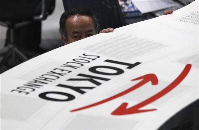 6月26日、前場の東京株式市場で、日経平均株価は前営業日比24円75銭高の2万0157円42銭となり、小幅に続伸した。東京証券取引所で2010年6月撮影(2017年 ロイター/Issei Kato)