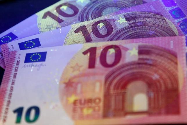 6月26日、ニューヨーク外為市場ではユーロが下落。ECBのドラギ総裁が大規模緩和策の妥当性を強調する発言をしたことが影響した。フランクフルトで2014年撮影(2017年 ロイター/Ralph Orlowski)