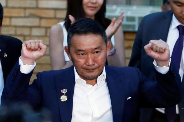 6月27日、前日投開票のモンゴル大統領選は、過半数を獲得した候補がなく、上位2人が初の決選投票に進むことになった。写真は1位で決選投票に進む野党・民主党のバトトルガ氏。26日撮影(2017年 ロイター/B. Rentsendorj)