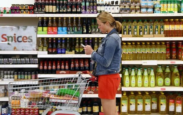 6月27日、市場調査会社カンター・ワールドパネルが公表したデータによると、英スーパーマーケットの売上高が6月18日までの12週間で前年比5.0%増と、5年ぶりの大幅増となった。写真はロンドンで4月撮影(2017年 ロイター/Neil Hall)