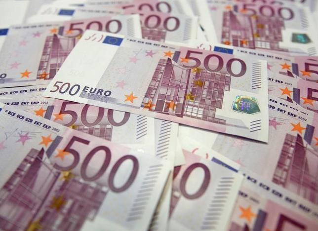 6月27日、ニューヨーク外為市場では、ユーロが対ドルで10カ月ぶり高値に上昇した。ソウルで2012年撮影(2017年 ロイター/Lee Jae-Won)