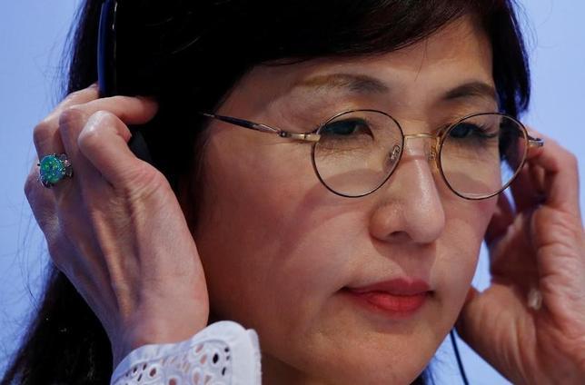 6月28日、菅義偉官房長官は午前の会見で、東京都議選の自民党候補者の集会で自衛隊の政治利用と受け取られかねない発言をした稲田朋美防衛相(写真)について「説明責任を果たし、今後も職務にあたってもらいたい」と述べた。3日撮影(2017年 ロイター/Edgar Su)