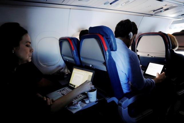 6月28日、米国土安全保障省のケリー長官は、国内の空港に到着する国際便について、より厳格な安全対策の導入を発表した。写真はニューヨークのJFK国際空港発の機内で5月26日撮影(2017年 ロイター/Lucas Jackson)