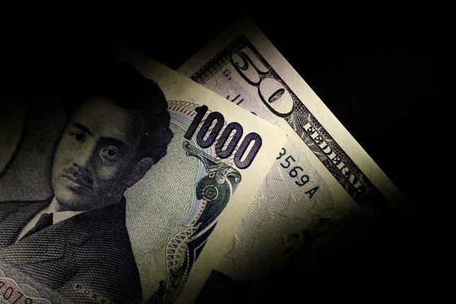 6月29日、午後3時のドル/円は、ニューヨーク市場午後5時時点に比べわずかにドル安/円高の112円前半。金融政策がメインテーマとなっている為替市場では、前日のイングランド銀行(BOE)総裁発言を受け、英ポンドが堅調な足取りを見せたほか、前々日の欧州中央銀行(ECB)総裁のタカ派発言を受けたユーロが1年ぶりの高値を更新した。写真は22日撮影(2017年 ロイター/Thomas White)