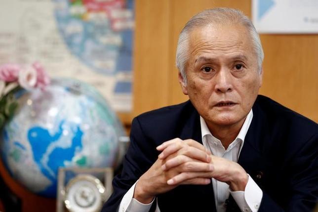 6月29日、山本公一環境相は、日本が掲げる2030年度の温室効果ガスの排出削減目標は十分達成可能だとする一方、全国で相次ぐ石炭火力発電所の新増設計画がすべて実現した場合、目標達成に大きな支障になると述べた(2017年 ロイター/Kim Kyung-Hoon)
