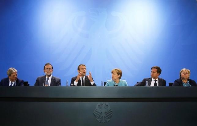 6月29日、ドイツのメルケル首相は、同国で来月開催されるG20首脳会議では温暖化対策が主要議題のひとつになると述べた。ベルリンでの会合の後、記者会見する欧州各国の首脳(2017年 ロイター/Fabrizio Bensch)