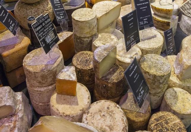 6月29日、欧州連合(EU)とカナダが調印した「包括的経済・貿易協定(CETA)」の発効が、チーズと医薬品を巡る対立が足かせとなり遅れている。仏リヨンで2013年1月撮影(2017年 ロイター/Robert Pratta)