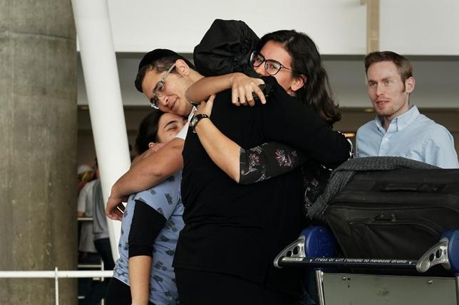 6月29日、トランプ米政権は、イスラム圏6カ国からの入国を制限する大統領令に関して、連邦最高裁が制限の適用外とした米国と「密接な関係」を持つ人々の定義を修正し、従来は含まれていなかった婚約者を追加すると発表した。写真はニューヨークのジョン・F・ケネディ国際空港で撮影(2017年 ロイター/CARLO ALLEGRI)