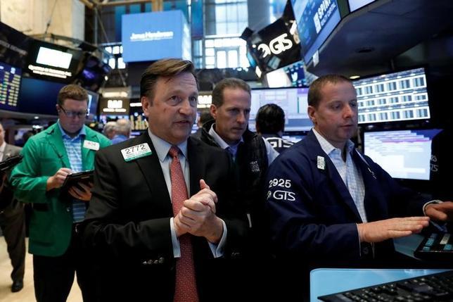 6月30日、米株市場から海外への資金移動が進む中、市場関係者の間では、今後も欧州と新興国の株式市場は上値を伸ばすと予想されている。景気拡大と緩和的な金融政策の見通しが背景。ニューヨーク証券取引所で6月撮影(2017年 ロイター/Brendan McDermid)