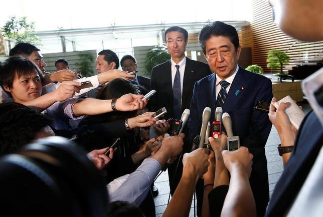 7月3日、安倍晋三首相(写真中央)は歴史的惨敗を喫した東京都議会議員選挙の結果を受けて、「深刻に受け止め、深く反省している」と語った。官邸内で3日朝、記者団に述べた。写真は官邸で3日撮影(2017年 ロイター/Kim Kyung-Hoon)